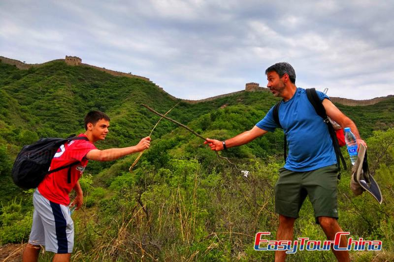 Father and son hike Jinshanling Great Wall andhave fun