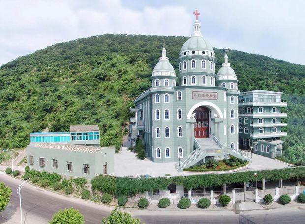 Travel Photos of China Splendid Christianity Church at the Foot of Mountain