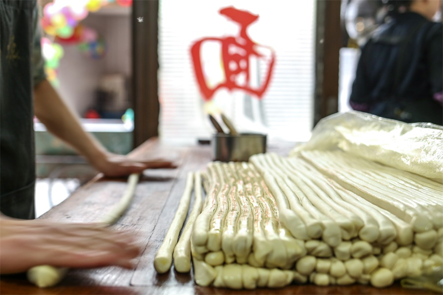 Local handmade noodles are vegan foods in China