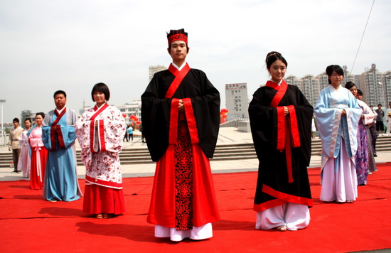 people in clothes of chinese travel photos of chinese etiquette