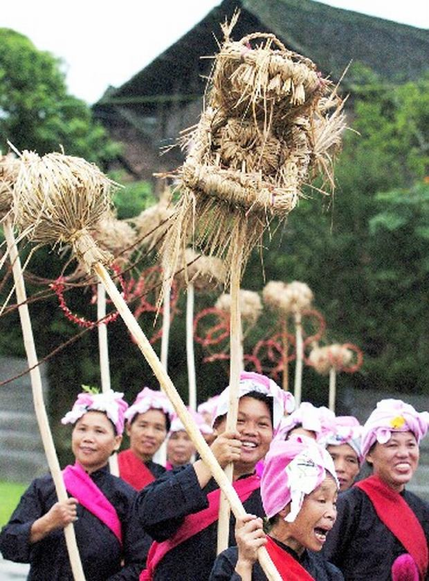 Travel Photos of Dong Minority Women Playing Straw Plaiting Dragon