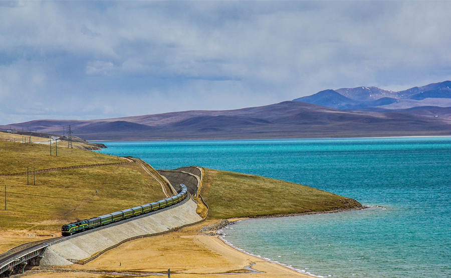 Take Xining to Lhasa train for breathtaking lake views