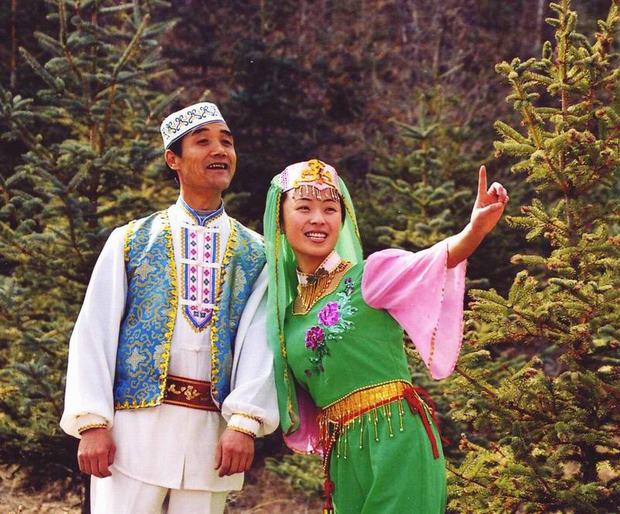 Travel Photos of Hui Minority Couple in Native Costume