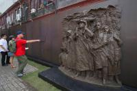 Tourists Visit Shanghai Jewish Refugees Museum