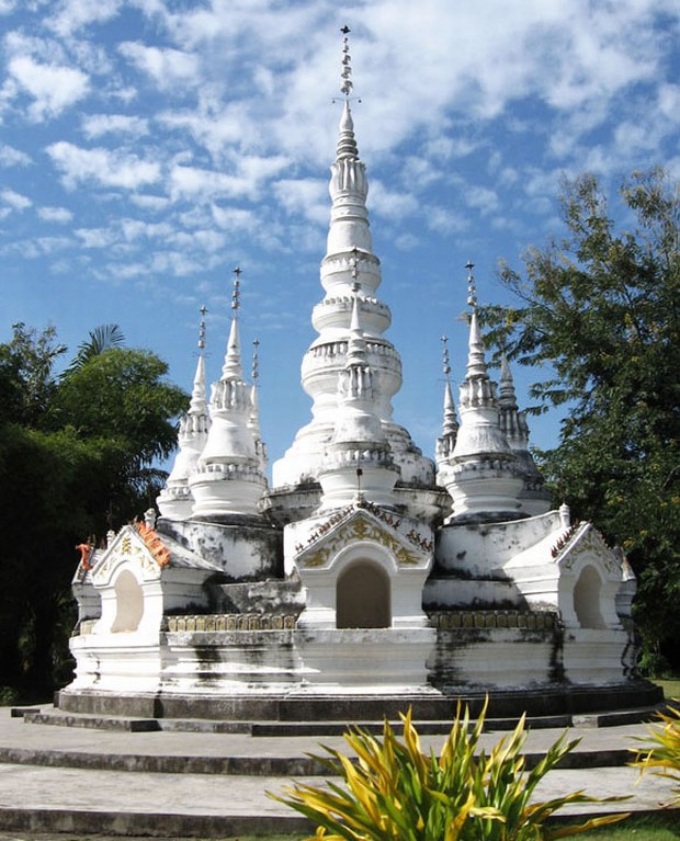 Enjoy Manfeilong Buddhist Pagoda