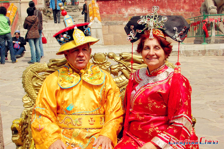 dress up as king and queen in China