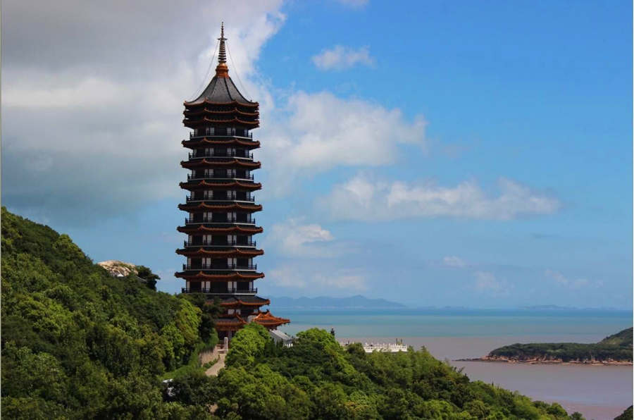 Visit the ancient wooden pagoda in Putuoshan