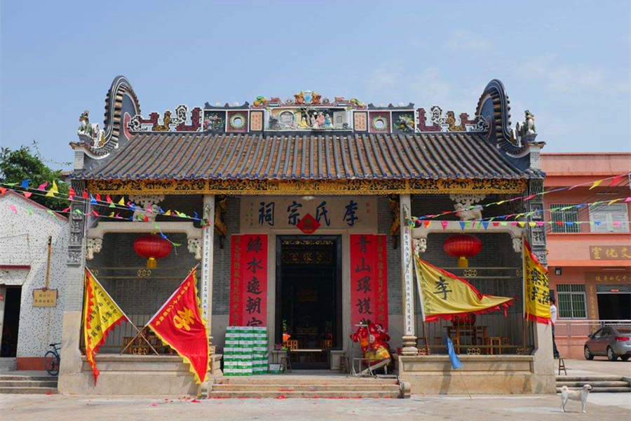 Visit the hall of Foshan Ancestral Temple