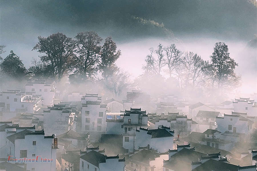 See the stone city of Wuyuan in the morning mist