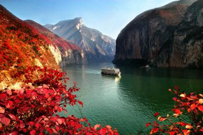 Yangtze River cruise autumn scenery