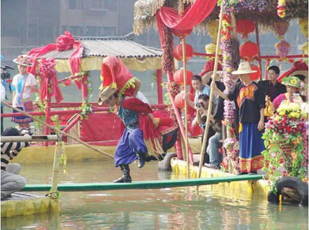 Travel Photos of Zhuang Minority Bridegroom Carrying Bridge on Back
