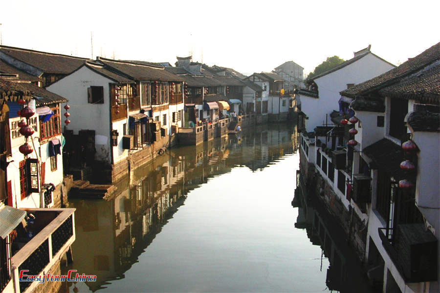 Take a boat cruise Zhuajiajiao Water Town to see ancient dwellings